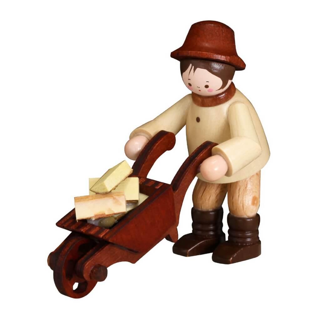 Der Waldmann mit Schubkarre in natur von Romy Thiel Deutschneudorf/ Erzgebirge, hat schwer zu transportieren. So viele Holzscheite hat er aufgeladen und …