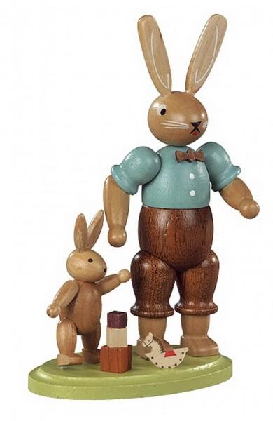 Hasenvater mit spielendem Kind von Müller Kleinkunst