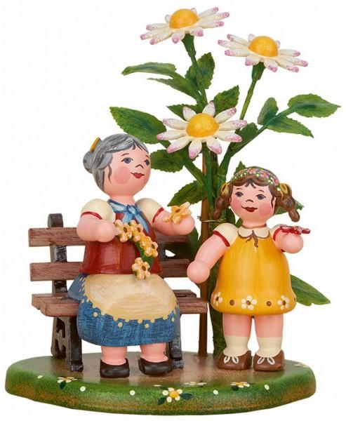Oma mit Enkelin im Garten aus Holz von Hubrig