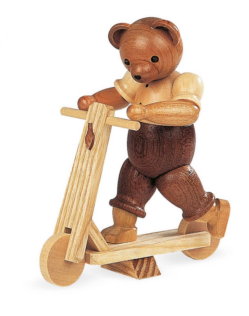 Dekofigur Bär auf Roller aus Holz, naturfarben von Müller Kleinkunst aus Seiffen