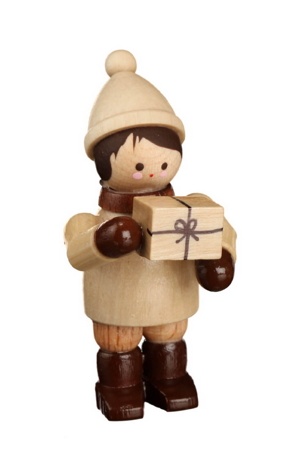 Ein tolles Geschenk hat das Winterkind, mini in natur von Romy Thiel Deutschneudorf/ Erzgebirge, da in den Händen. Was da wohl drin ist? Vielleicht lüftet das …