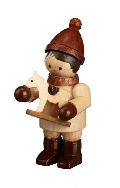 Was hat das Winterkind mit Pferdchen, mini in natur von Romy Thiel Deutschneudorf/ Erzgebirge, wohl vor? Ganz fest an sich gedrückt, hält das Winterkind sein …