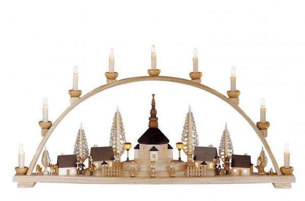 Knuth Neuber, Schwibbogen Seiffener Kirche mit beleuchteten Häusern und Laterne_Bild1