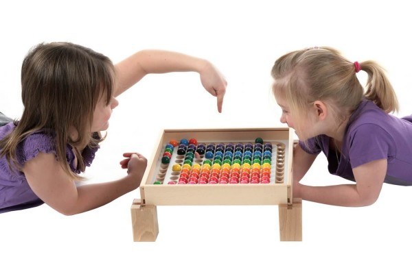 Die Mengenlehre in besonders tollen Farben, ganz leicht gemacht, mit der Rechenmaschine von SINA Spielzeug Neuhausen/Erzgebirge. 100 Kugeln, jeweils 10 Stück …