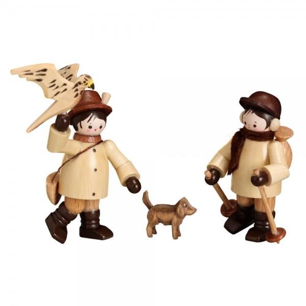 Falkner/Wanderer, Satz mit 3 Figuren von Romy Thiel Deutschneudorf/ Erzgebirge. Der Winterwanderer mit Stöcken, Rucksack und Ohrenschützer, sowie seinem …