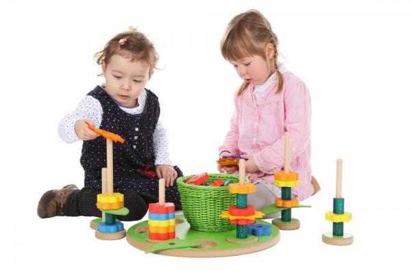 Greifen, Stecken und viel Kreativität,all das können die kleinen Kinderhände ausprobieren, bei dem Garten-Steckspiel von SINA Spielzeug Neuhausen/Erzgebirge. …