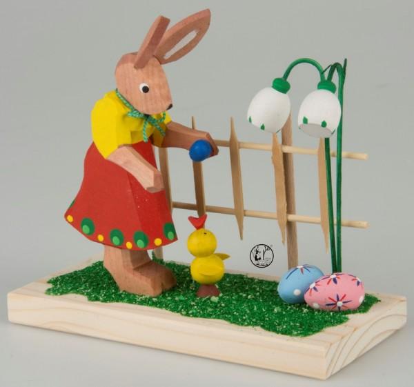 Bald ist Ostern!! Auch das Küken ist schon ganz aufgeregt, als es die ersten Ostereier am Gartenzaun entdeckt. Liebevoll gearbeitete Holzschnitzerei Osterhase …