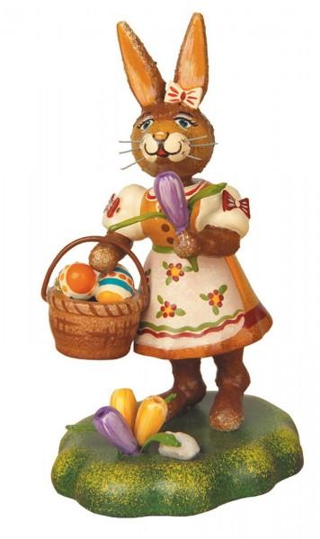 Osterhäsin mit Eierkorb aus Holz aus der Serie Hubrig Osterhasen