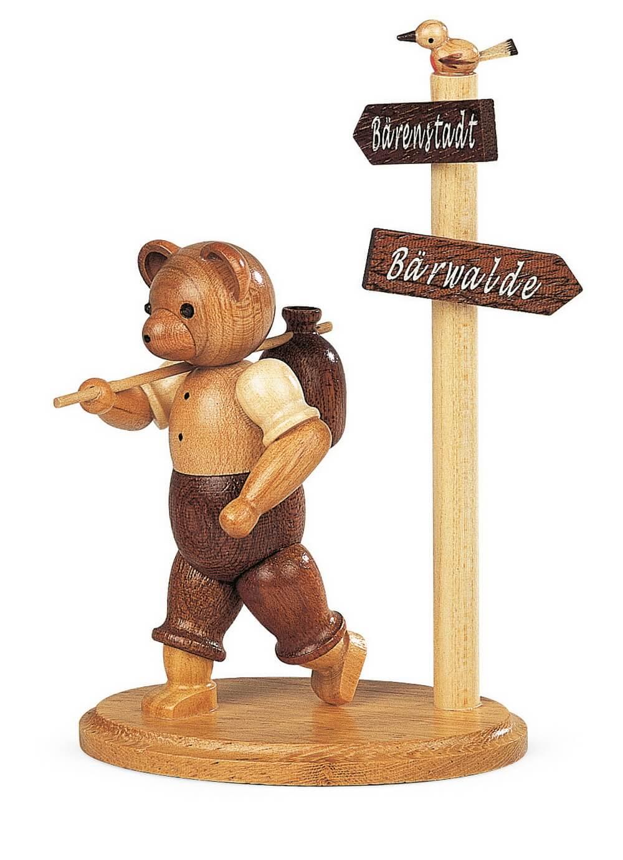 Dekofigur Bär Wanderer am Wegweiser aus Holz, naturfarben von Müller Kleinkunst aus Seiffen