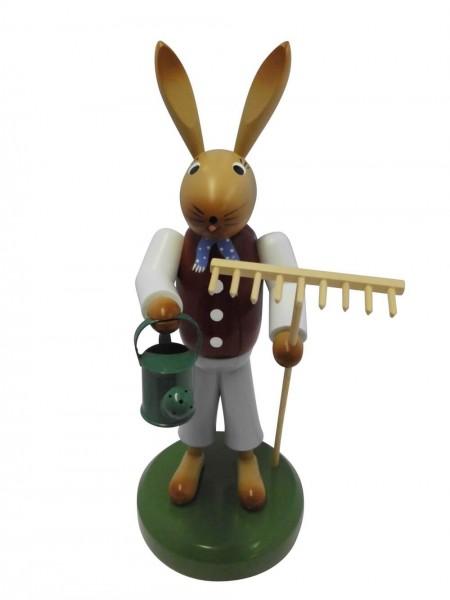 Osterhase aus Buchenholz, handbemalt, Osterhase ausgerüstet mit Rechen und einer Gießkanne, stehend auf einem grünen Sockel, 28 cm, Nestler-Seiffen.com OHG …