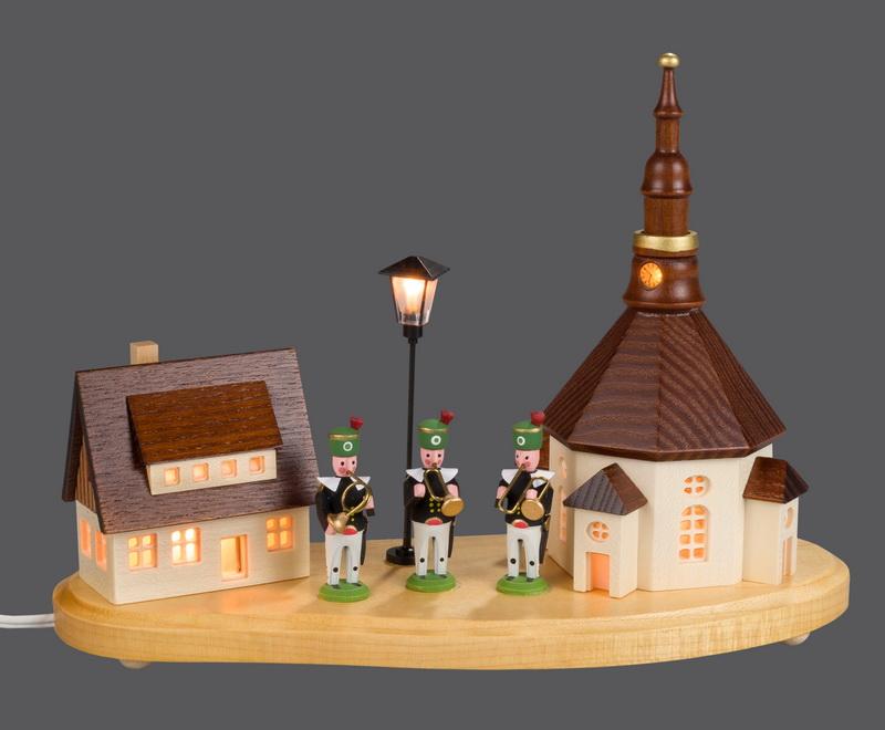 Sockelbrett Seiffener Dorf mit Bergmannskapelle und beleuchteter Straßenlaterne und beleuchteter Kirchenturmuhr, komplett elektrisch beleuchtet, 20 x 8 x 14 …
