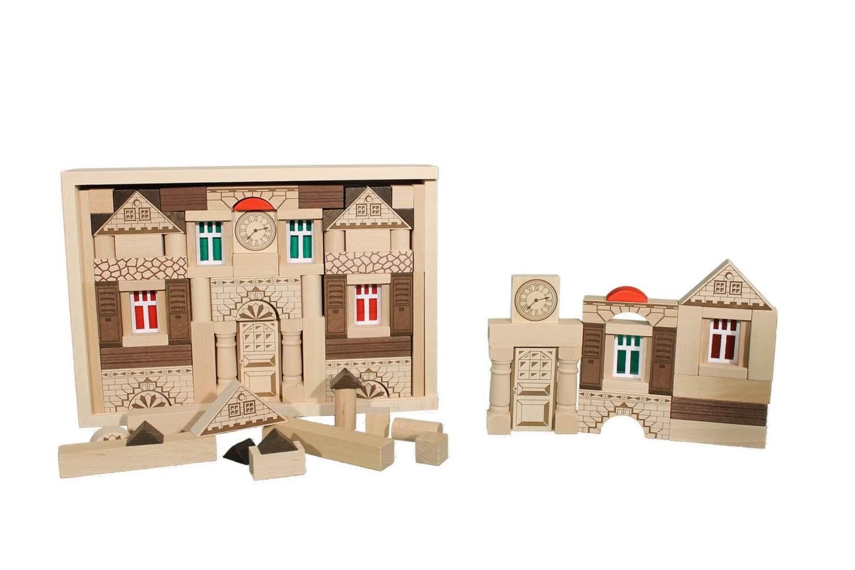 Der Baukasten Noblesse besteht aus 82 Holzbausteinen undund basiertauf demtraditionellen Blumenauer Holzbaukastensystem. …