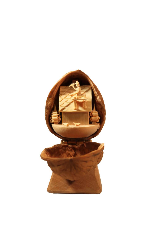 Nestler-Seiffen, geschnitztes Motiv Dachdecker in der Walnuss
