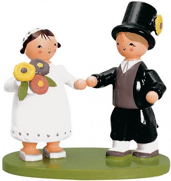 KWO Brautpaar, die Braut mit einem Strauß Blumen un der Hand und der Bräutigam mit Hut