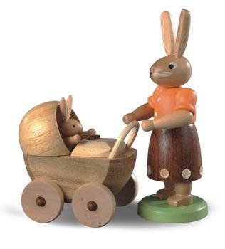 Osterhasenmutter mit Kinderwagen, farbig lasiert, 11 cm von Müller GmbH Kleinkunst aus dem Erzgebirge