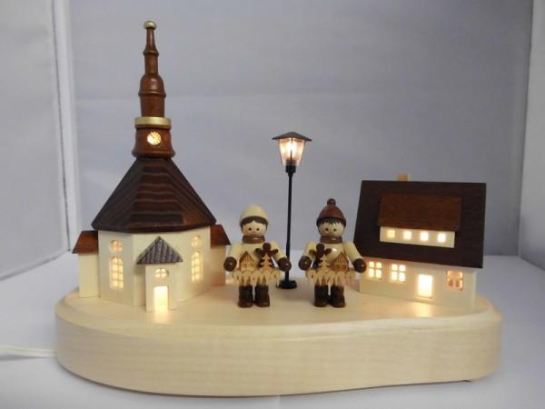 Sockelbrett Seiffener Dorf Striezelkinder mit beleuchteter Straßenlaterne und Kirchturmuhr, komplett elektrisch beleuchtet, 20 x 8 x 14 cm, …