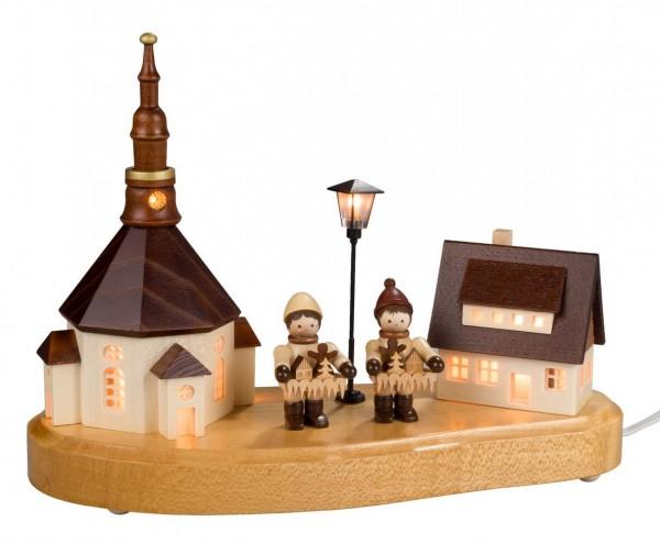 Sockelbrett Seiffener Dorf von Nestler-Seiffen mit Striezelkinder und beleuchteter Straßenlaterne und Kirchturmuhr_Bild1