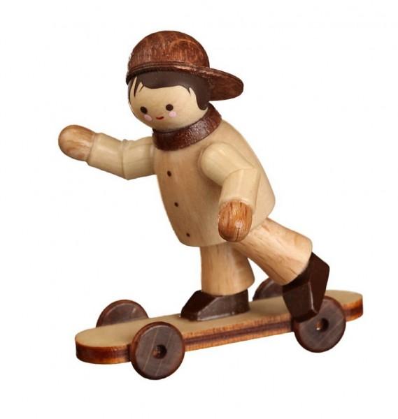 Wow, Felix mit Skateboard, mini in natur von Romy Thiel / Erzgebirge, macht eine super Figur. Er beherrscht die neusten Tricks und Stunts. Das ihm das …