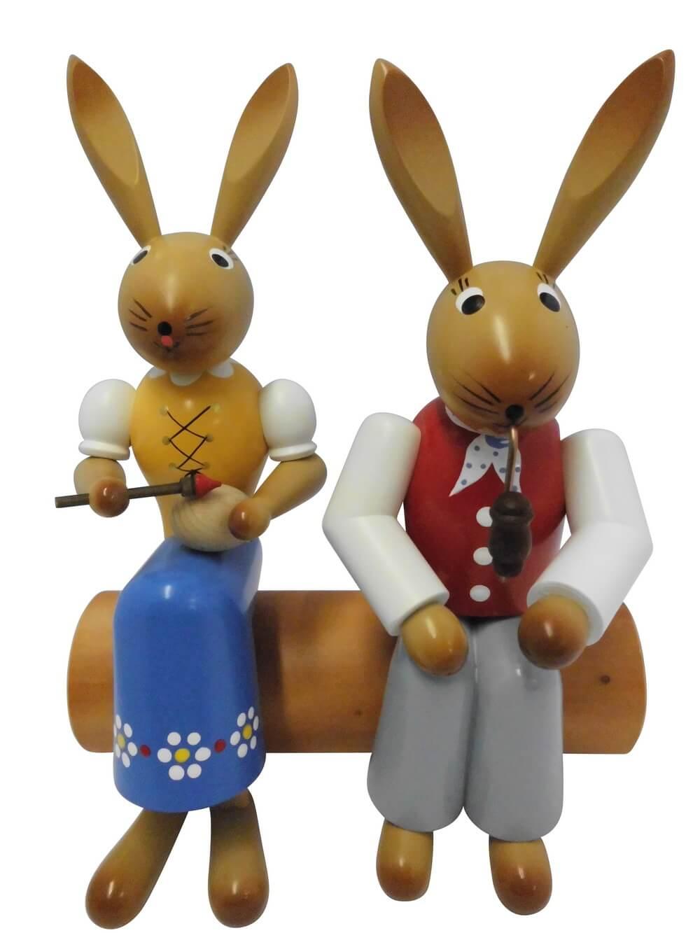 Osterhasenpaar von Nestler-Seiffe, sitzend auf Baumstamm, 24 cm