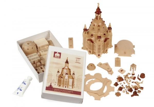 Aus 100 Einzelteilen besteht dieser Bausatz aus Ahorn, Sipo und Buchenholz, der Dresdner Frauenkirche von der Firma Müller GmbH Kleinkunst aus dem Erzgebirge. …