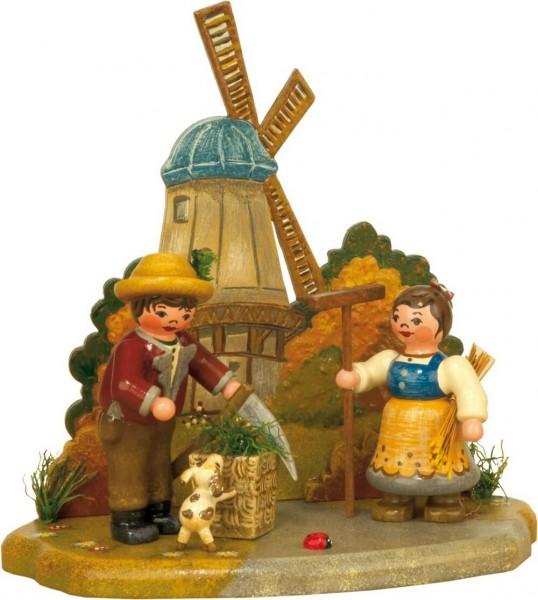 Junge und Mädchen vor einer Mühle von Hubrig Volkskunst