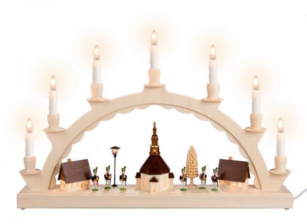 Schwibbogen Seiffener Dorf mit Bergmannskapelle und Straßenlaterne und mit beleuchteter Kirchturmuhr, komplett elektrisch beleuchtet, lange Kerzen, 50 x 28 …