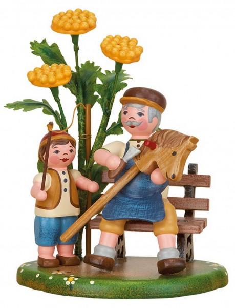 Opa und Junge mit Steckenpferd auf Bank aus Holz von Hubrig