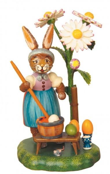 Osterhäsin aus Holz färbt Eier aus der Serie Hubrig Osterhasen