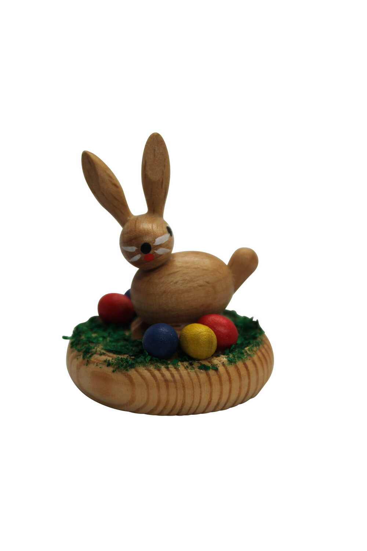 Osterhase im Nest aus Buchenholz gefertigt, gebeizt und lackiert und sitzt in seinem Nest. Das Nest ist aus Kiefernholz und mit grünen Spänen ausgeführt, …