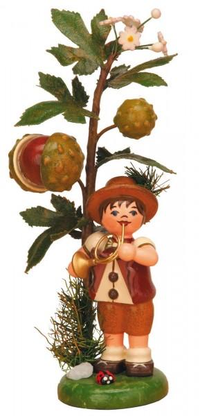 Junge steht an einer Kastanie und spielt sein Instrument von Hubrig