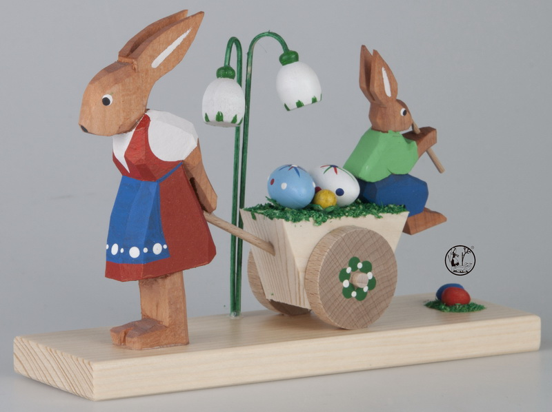 Mit der lustigen Ostermusik vom Hasenjungen, ist der Wagen für die Hasenmutti gar nicht mehr so schwer zu ziehen. Liebevoll gearbeitete Holzschnitzerei …
