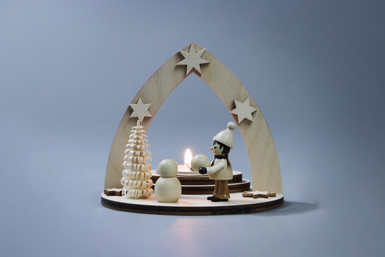 Teelichthalter Winterkind Schneemann bauend, 12 x 11 x 12 cm von Weigla - Günter Gläser Deutschneudorf/ Erzgebirge Der Teelichthalter Winterkind Schneemann …