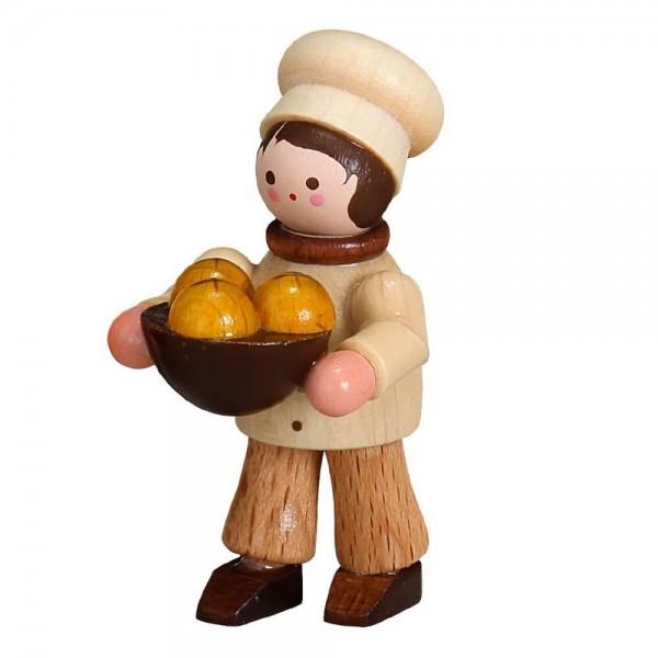 Der Bäckerjunge, mini in natur von Romy Thiel Deutschneudorf/ Erzgebirge, bringt die Schüssel mit lecker Hefeknödel. Da fehlt jetzt nur noch die Vanillesoße. …