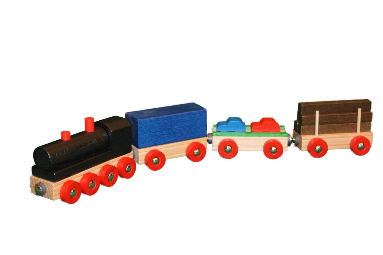 Bunter Spielspaß mit Volldampf: Die Lok gibt den Antrieb, während in jeden Waggon etwas anderes durchs Kinderzimmer transportiert wird. Diese farbig lackierte …