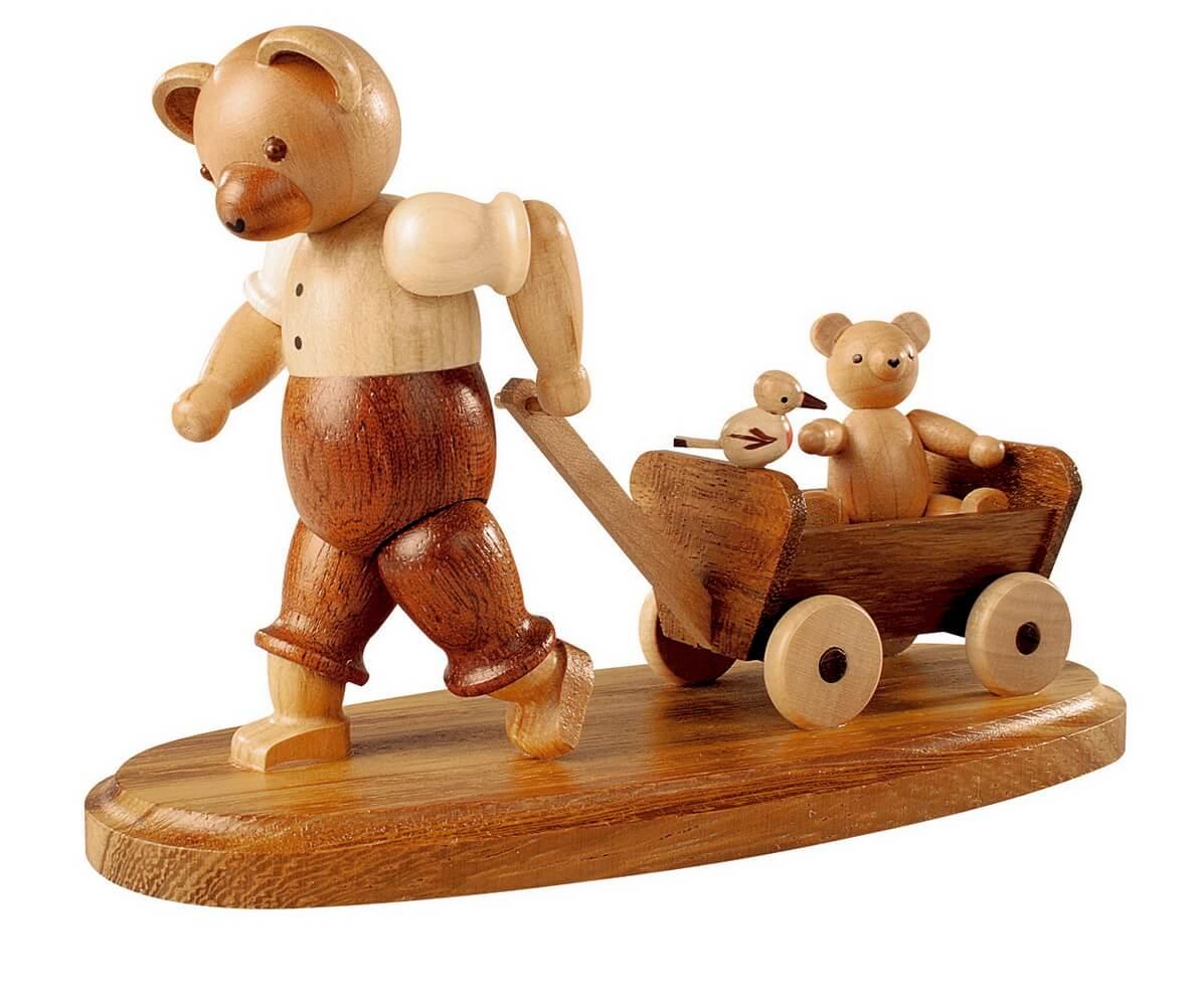 Dekofigur Bärenvater mit Kind auf Bollerwagen aus Holz, naturfarben von Müller Kleinkunst aus Seiffen