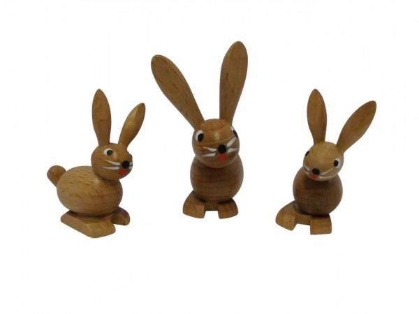 Osterhasengruppe sitzend aus Buchenholz, gebeizt, Die Gruppe besteht aus einer Mutter und 2 Kindern, sitzend. 5,5 cm, Günter Schulze Pobershau/ Erzgebirge