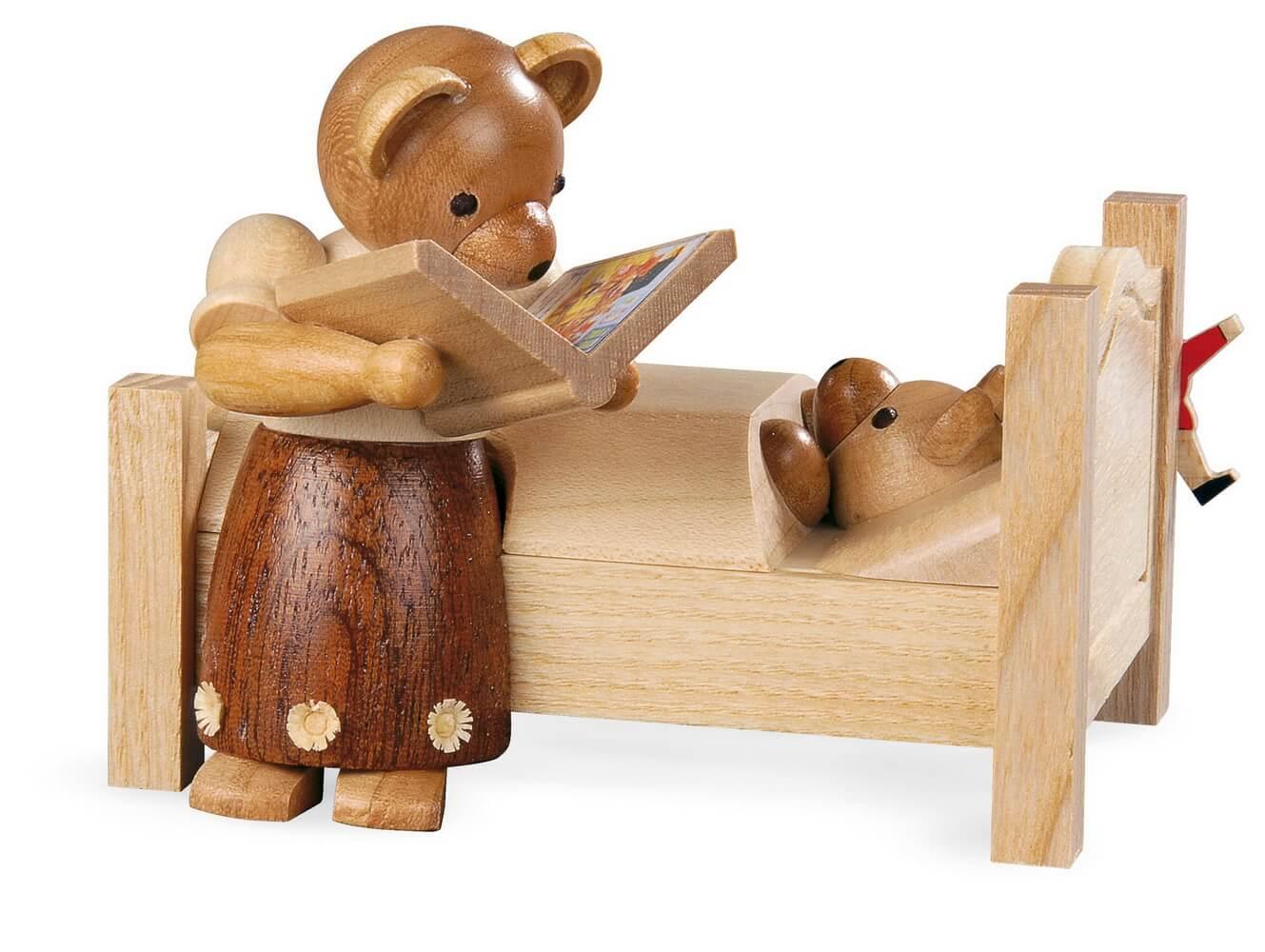 Dekofigur Bärenmutter mit Gute-Nacht-Geschichten aus Holz, naturfarben von Müller Kleinkunst aus Seiffen