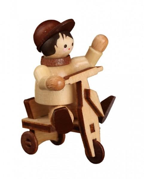 Das Paulchen mit Dreirad, mini in natur von Romy Thiel Deutschneudorf/ Erzgebirge, ist ein fröhliches Kerlchen. Mit viel Schwung und juchzend vor Freude fährt …