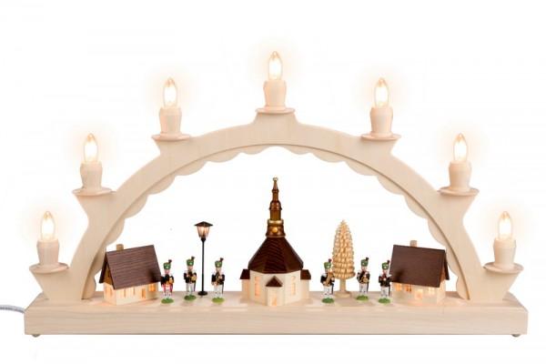 Schwibbogen Seiffener Dorf mit Bergmannskapelle, beleuchteter Straßenlaterne und beleuchteter Kirchturmuhr, komplett elektrisch beleuchtet, 50 x 32 cm, …