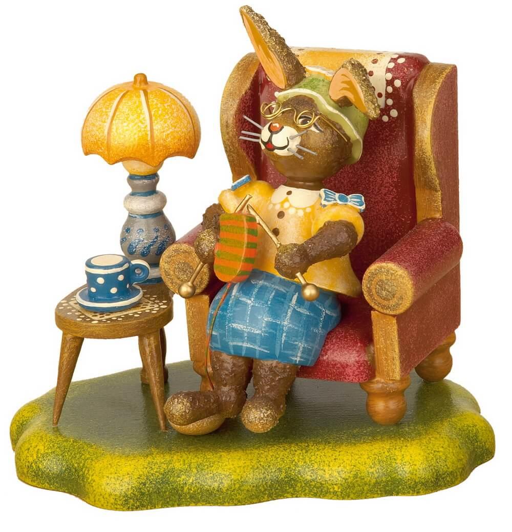 Hasenoma von Hubrig sitzend im Sessel mit Stricknadeln in der Hand