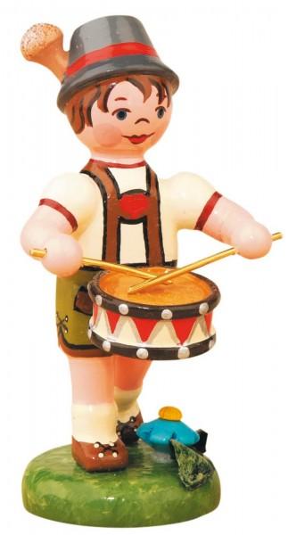 Junge mit Trommel aus Holz von der Serie Hubrig Musikkinder