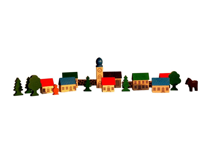 Ganz idyllisch, im Land der Kreavität und Phantasie, liegt dieses kleine Bergdorf. Kennzeichnend sind die typischen roten Dächer und der klassische Kirchturm …
