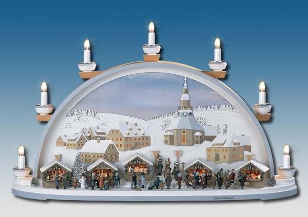 Der Schwibbogen Seiffener Weihnacht zeigt eine Szene auf dem Seiffener Weihnachtsmarkt mit den Ständen der Händlern und den Besuchern vor der weihnachtlichen …
