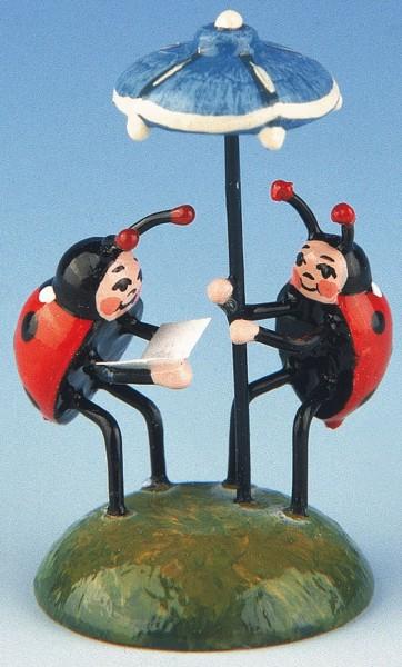 zwei Marienkäfer unterm Sonnenschirm aus Holz von Hubrig