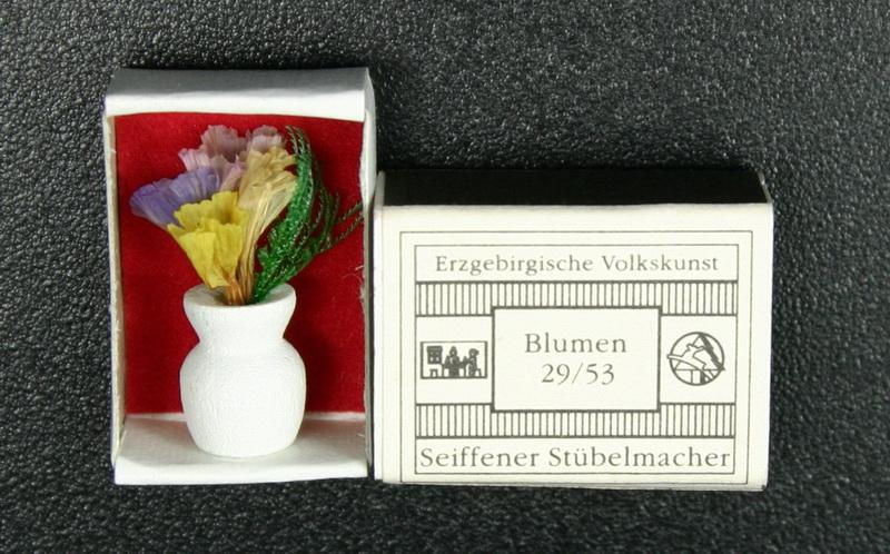 Mini - Zündholzschachtel Blumen, weiß von Gunter Flath aus Seiffen / Erzgebirge Detailgetreue Nachbildung von einer Vase mit Blumen. Diese Vase wurde in eine …