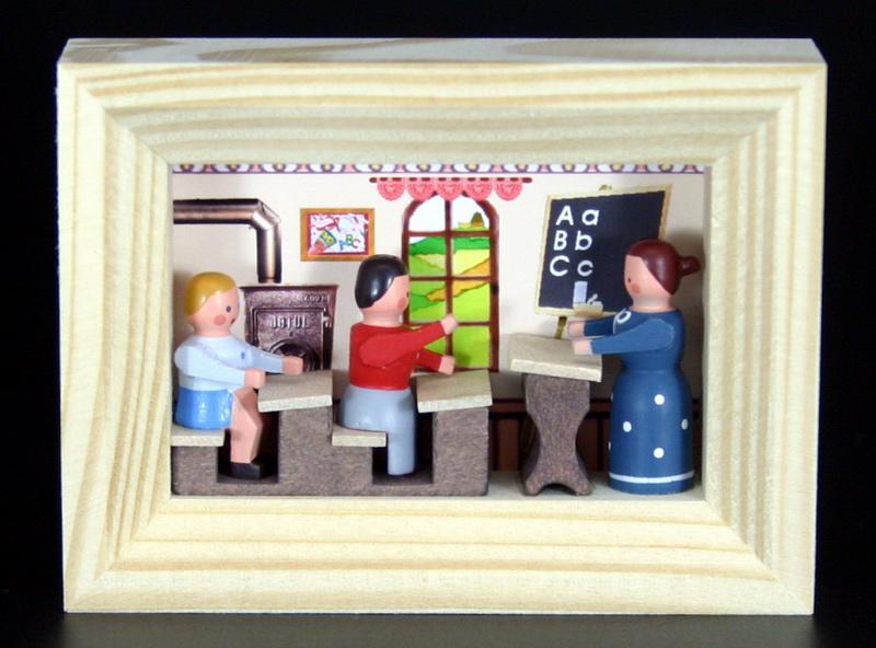 Miniatur im Rähmchen Schule von Gunter Flath aus Seiffen / Erzgebirge Detailgetreue Nachbildung einer Schulstube aus früheren Zeiten. Diese Schulstube wurde …