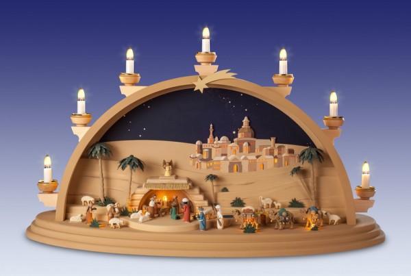 Schwibbogen Christi Geburt, Ein Meisterwerk mit Maria, Josef und dem Jesuskind, welches eingebettet in eine Krippe, umgeben ist von den Tieren des Stalles, …