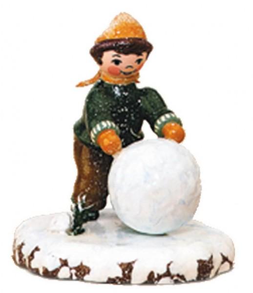 Winterkind Junge mit Schneekugel von Hubrig Volkskunst GmbH Zschorlau/ Erzgebirge ist 7 cm groß.