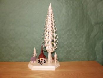 Sockelbrett mit Seiffner Dorf mit Kurrendefiguren und einem Spanbaum (30 cm), 24 x 30 x 15 cm, Falko Beyer Seiffen/ Erzgebirge