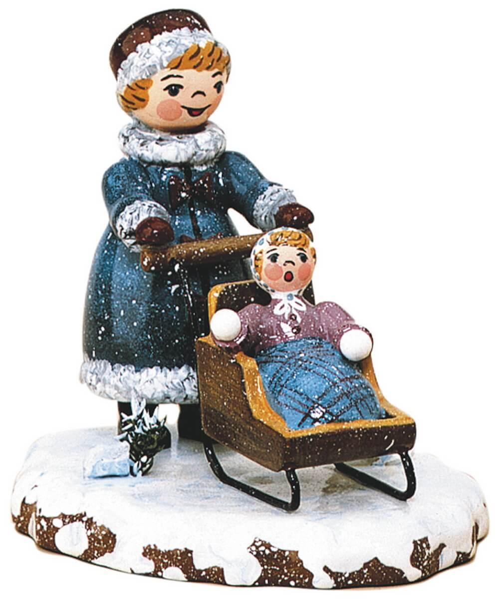 Winterkind Mädchen mit Kinderschlitten von Hubrig Volkskunst GmbH Zschorlau/ Erzgebirge ist 8 cm groß.